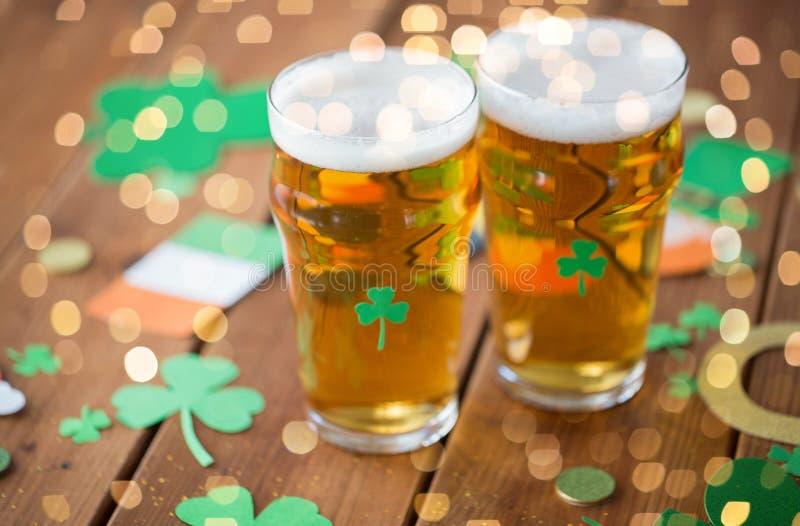 Vidros de suportes do partido do dia dos patricks da cerveja e do st foto de stock