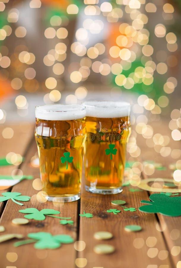 Vidros de suportes do partido do dia dos patricks da cerveja e do st imagem de stock royalty free