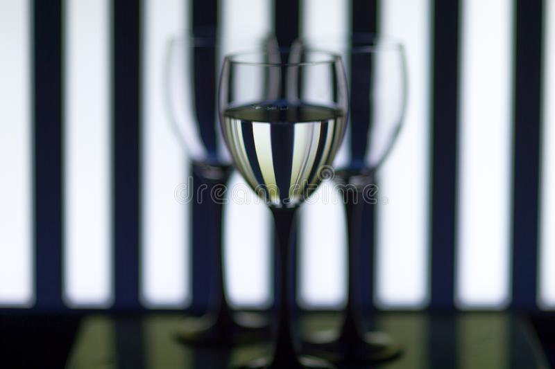 Vidros de vidro nas tiras do fundo foto de stock royalty free