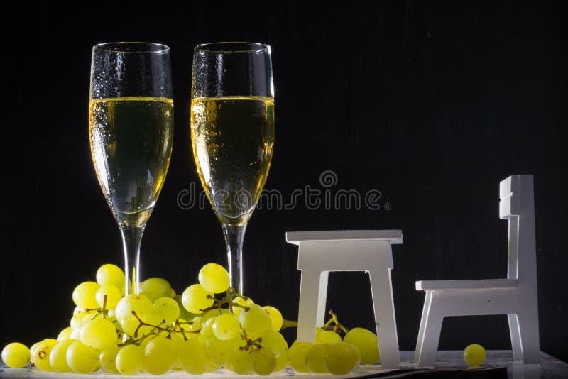 Vidros de vinho branco e uva fresca imagem de stock royalty free