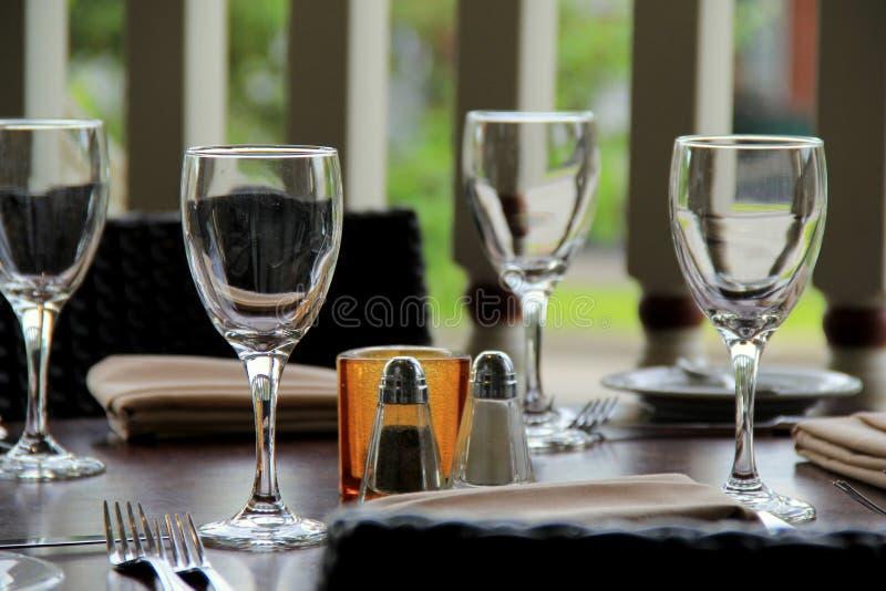 Vidros de vinho em uma tabela fotos de stock royalty free