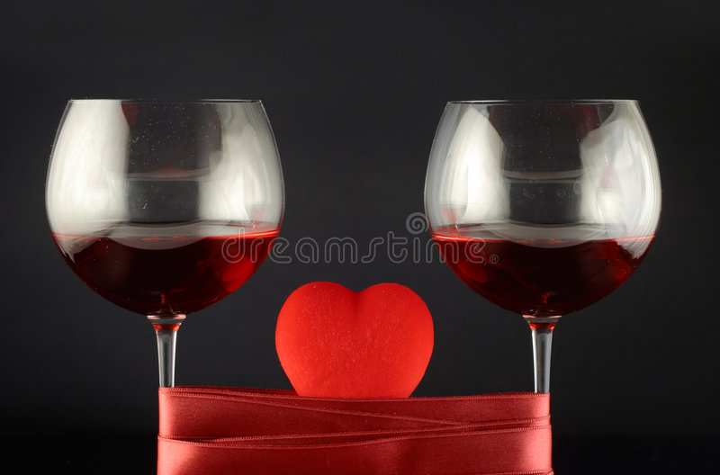 Vidros de vinho envolvidos com fita e coração fotos de stock royalty free