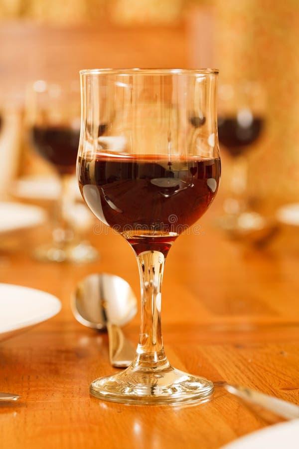 Vidros de vinho na tabela fotografia de stock