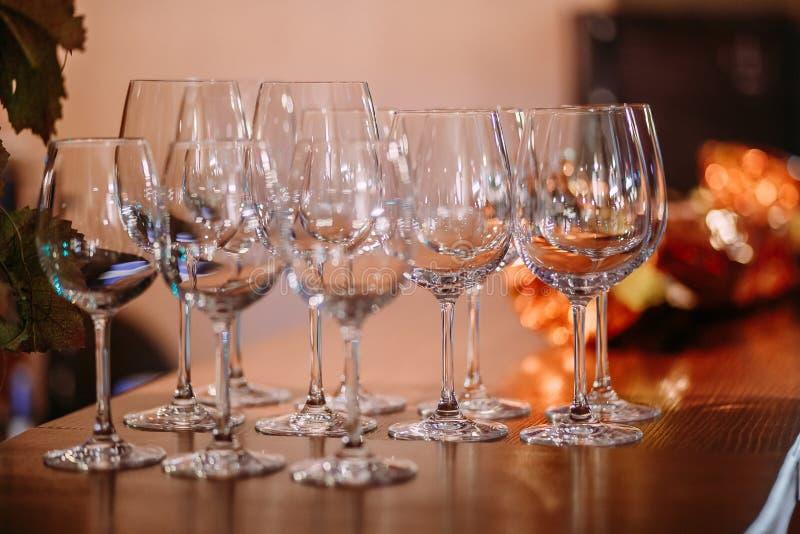 Vidros de vinho vazios limpos efervescentes bonitos fotografia de stock