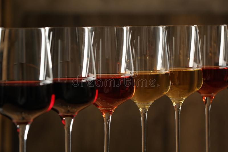 Vidros de vinhos diferentes contra o fundo borrado Cole??o cara fotografia de stock