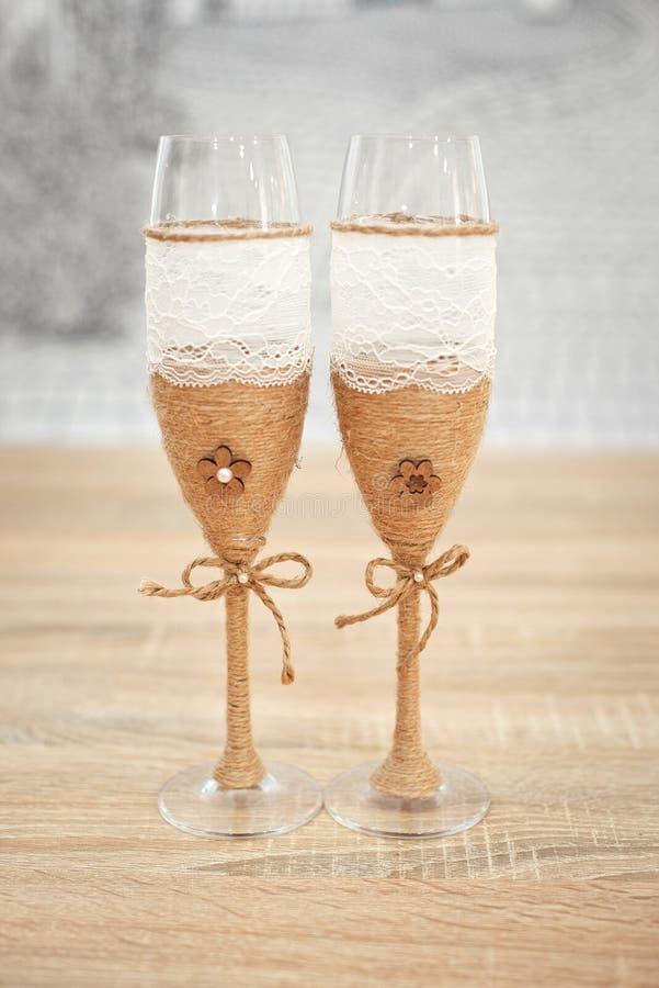 Vidros decorados com cabo, vidros decorados bonitos do casamento do casamento, flores em vidros do casamento, casamento feito a m imagens de stock royalty free