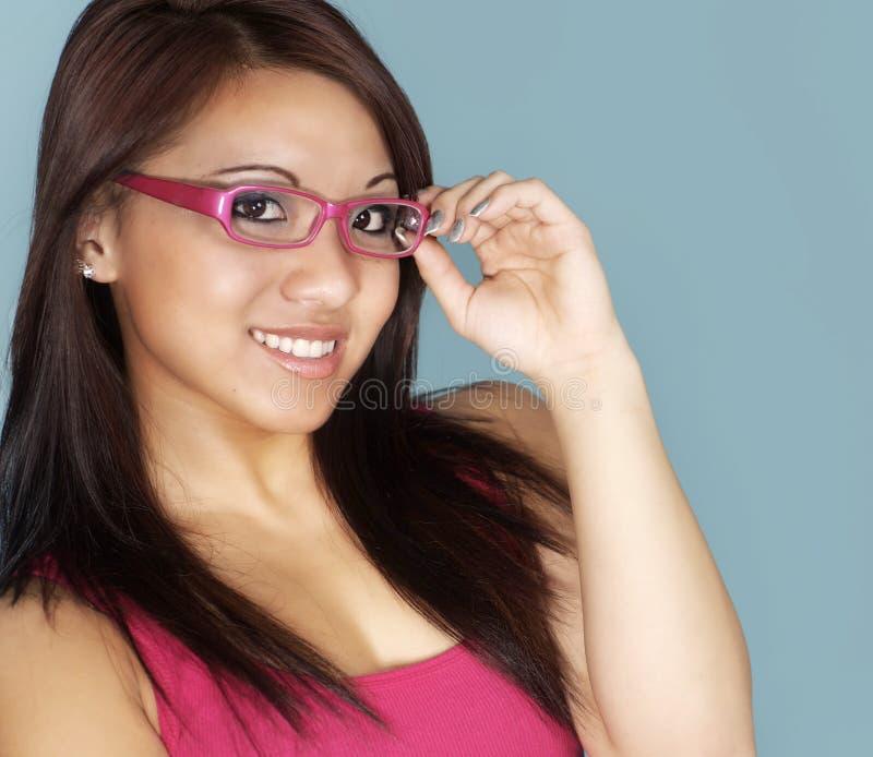 Vidros desgastando atrativos da mulher nova foto de stock