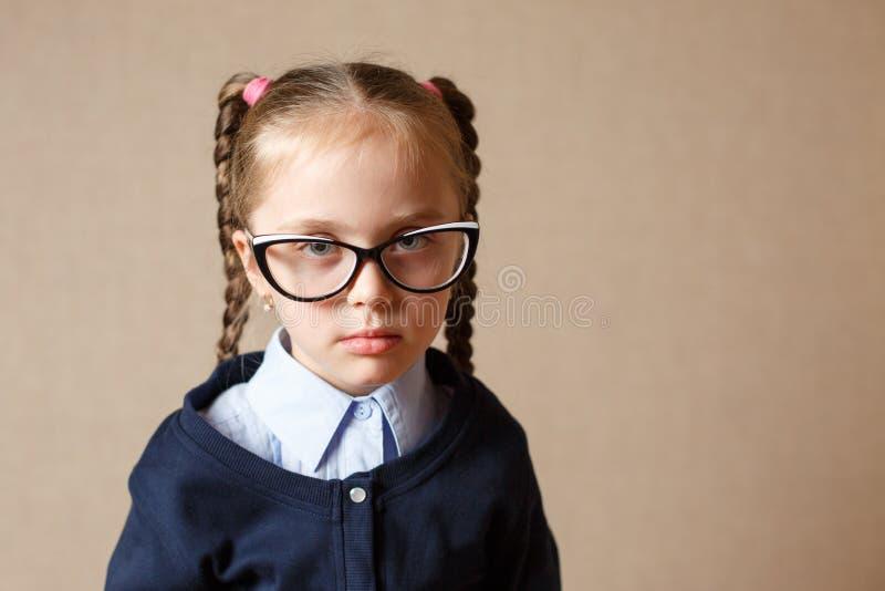 Vidros desgastando da menina imagens de stock