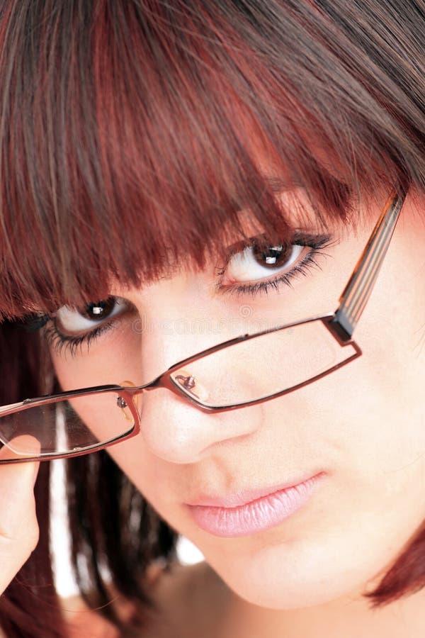 Vidros desgastando da mulher bonita imagem de stock