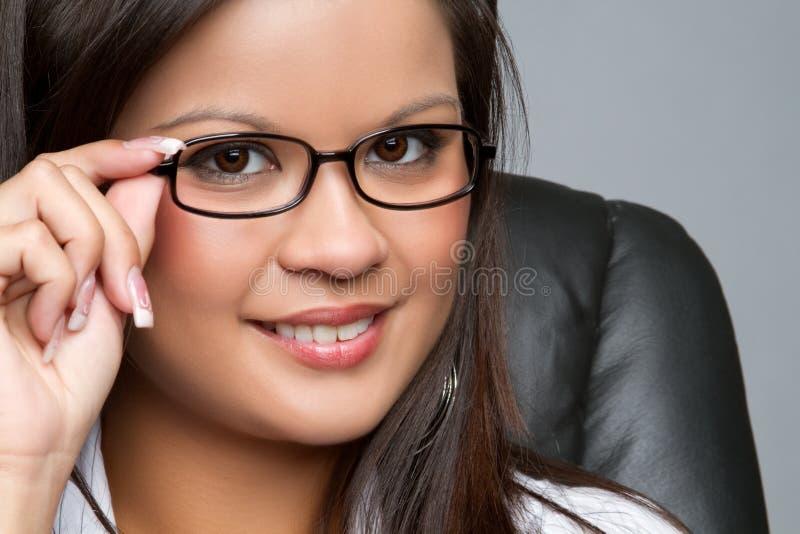 Vidros desgastando da mulher de negócios fotos de stock