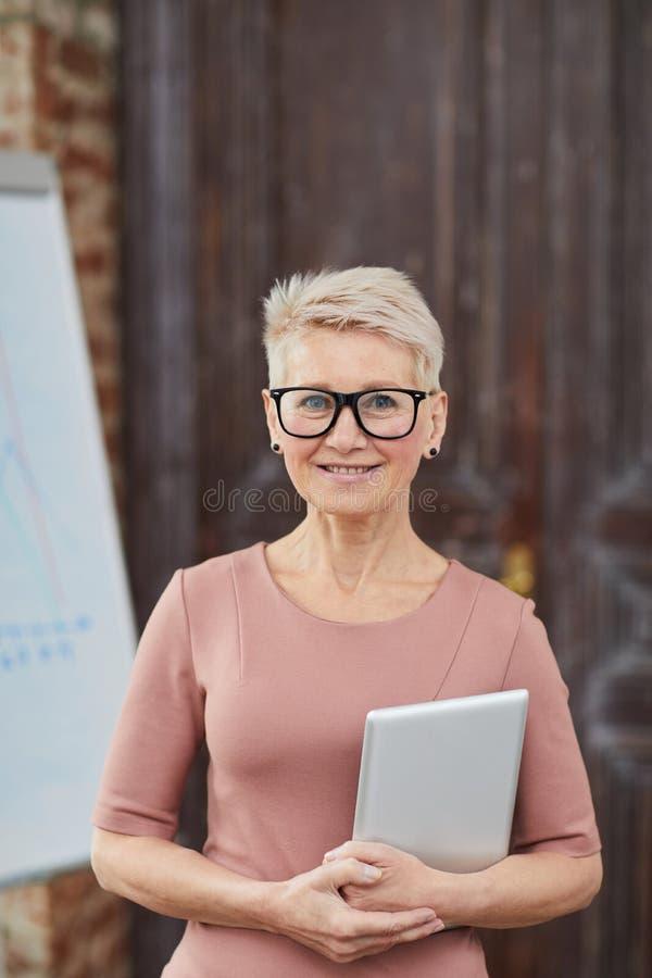 Vidros desgastando da mulher de neg?cios madura foto de stock