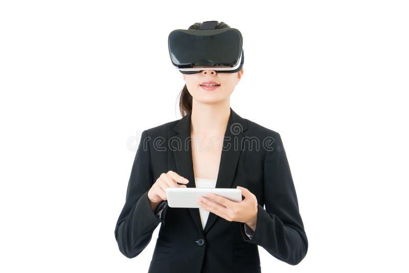 Vidros digitais do controle VR da tabuleta do uso asiático da mulher de negócio fotografia de stock royalty free