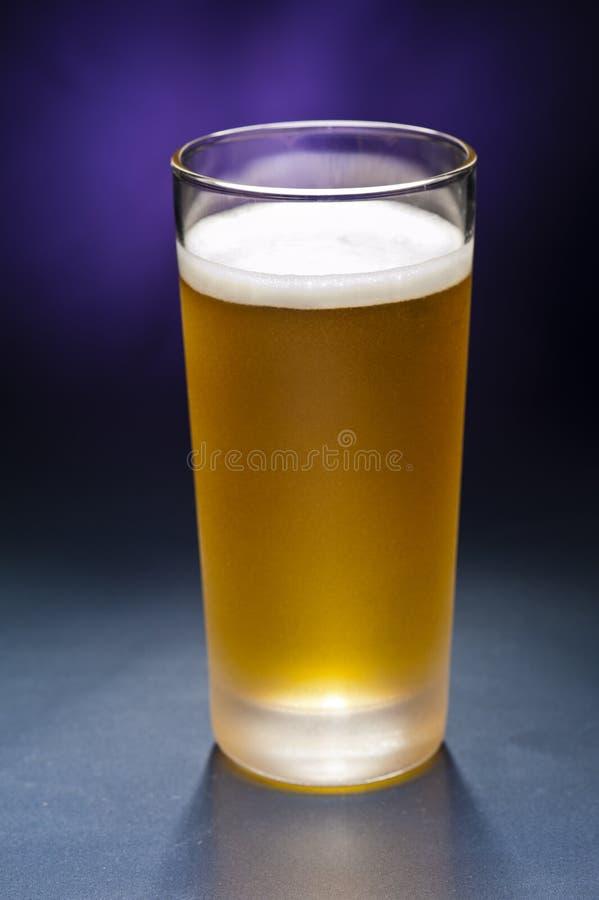Vidros do Bier na frente de um fundo colorido fotos de stock