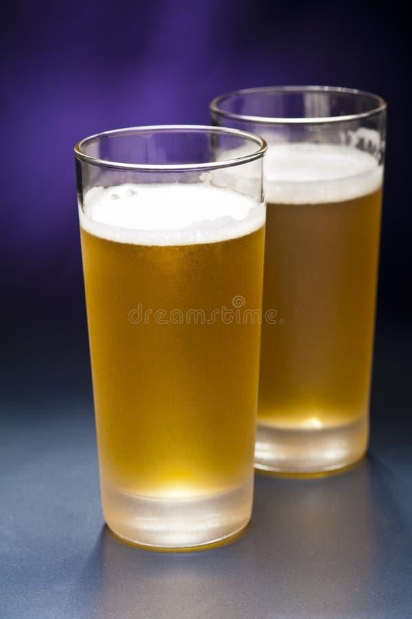 Vidros do Bier na frente de um fundo colorido imagens de stock