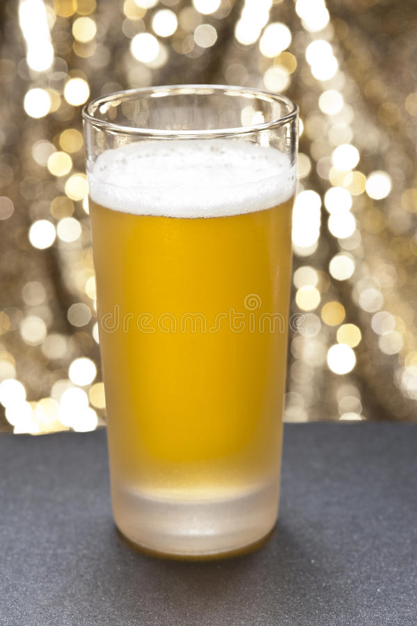 Vidros do Bier na frente de um fundo colorido imagens de stock royalty free