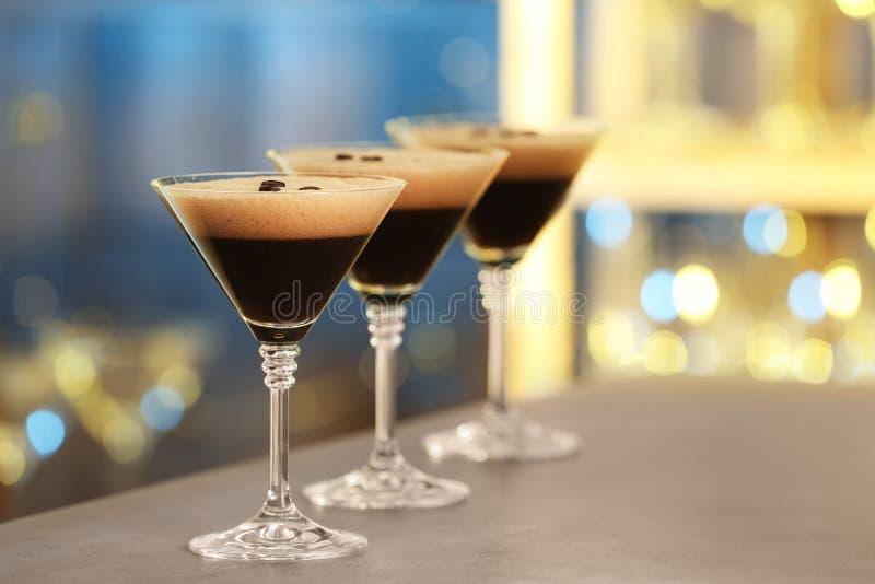 Vidros do café delicioso Martini no contador da barra fotografia de stock