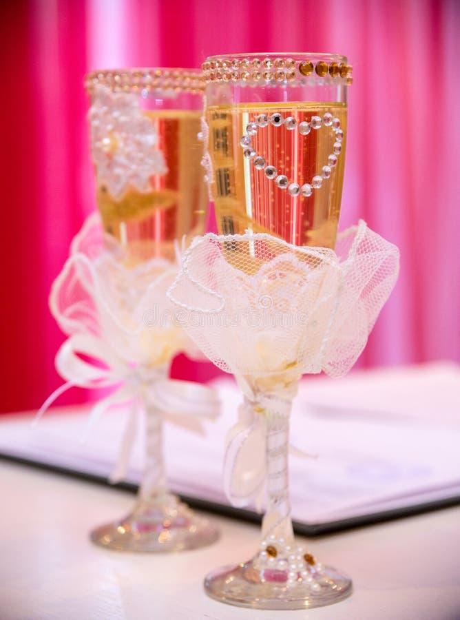 Vidros do casamento na tabela fotos de stock royalty free