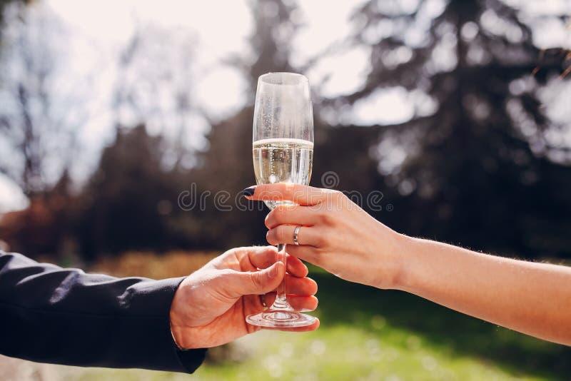 Vidros do casamento nas mãos fotografia de stock royalty free