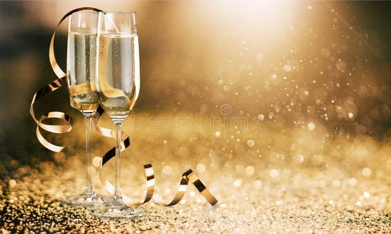 Vidros do champanhe com a fita encaracolado em brilhante fotografia de stock royalty free
