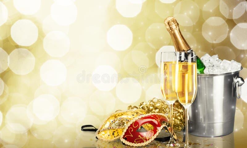 Vidros do champanhe com fitas encaracolado e máscaras fotos de stock