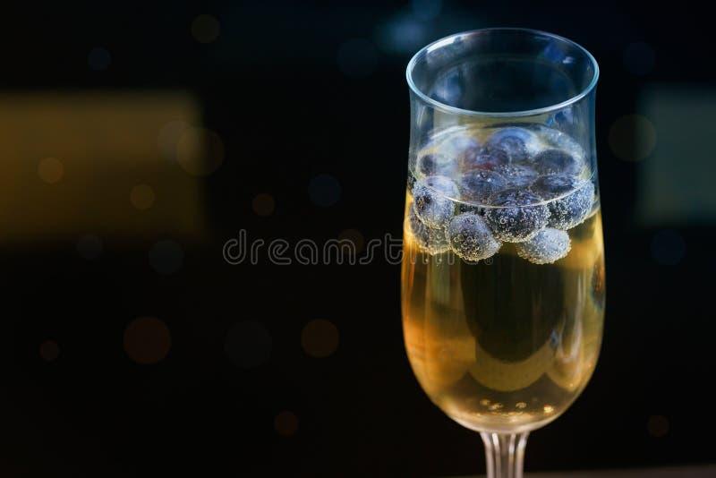 Vidros do champanhe com mirtilos imagens de stock