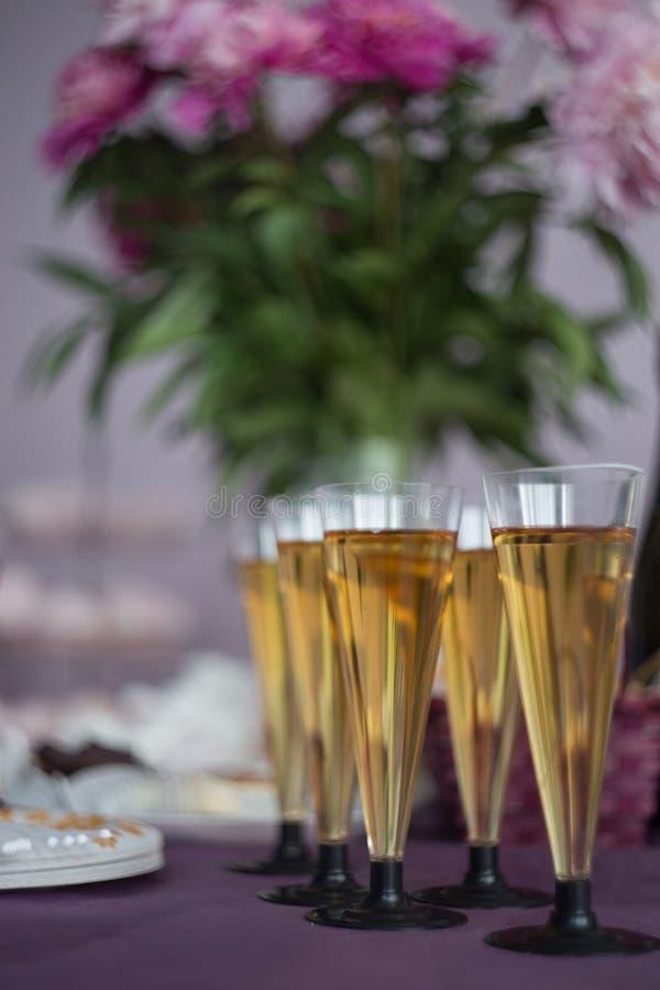 vidros do champanhe, conceito festivo da decoração da tabela Conceito do ano novo ou do Natal fotos de stock royalty free