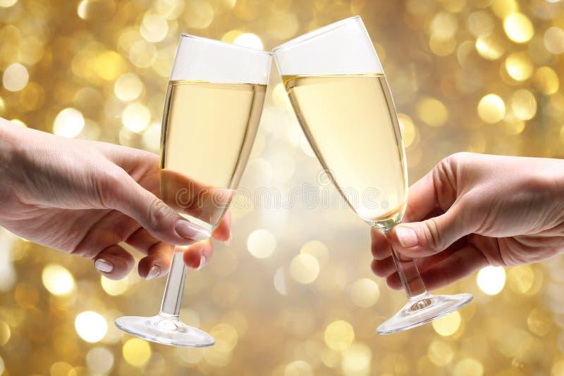 Vidros do champanhe nas mãos fotografia de stock royalty free