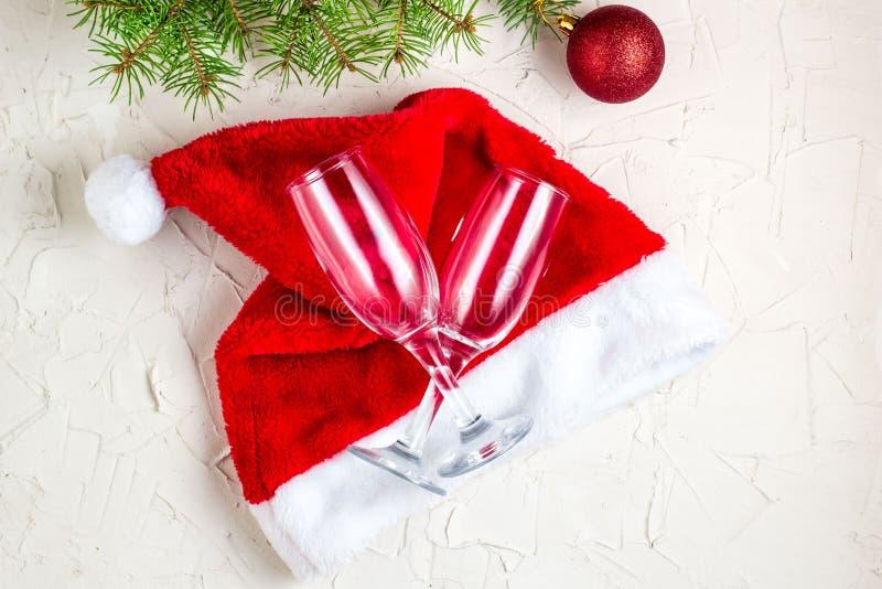 vidros do champanhe do wo com decorações do Natal, árvore de Natal e chapéu de Santa fotografia de stock royalty free