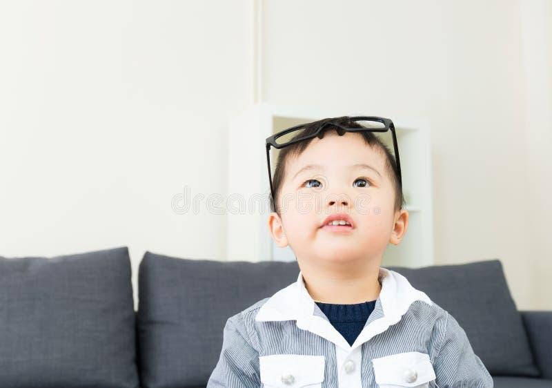 Vidros do desgaste do rapaz pequeno foto de stock