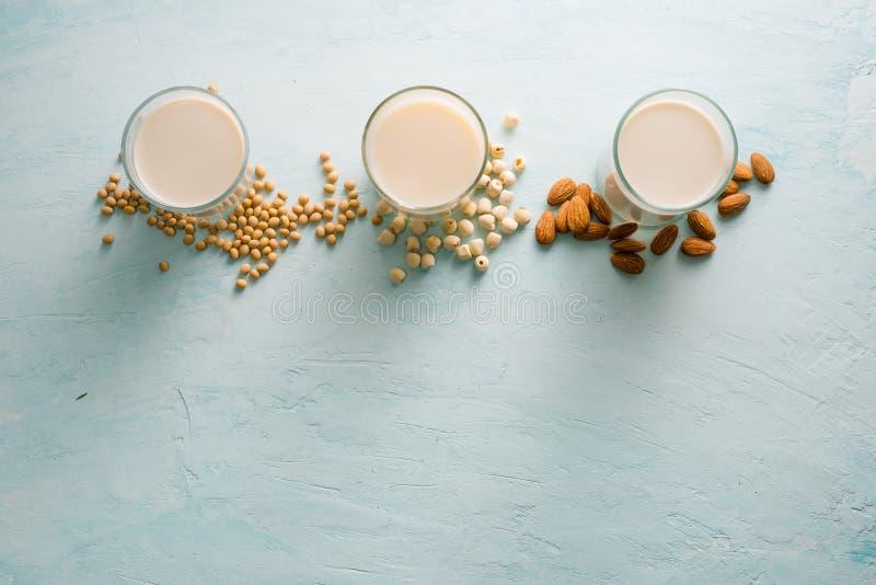 Vidros do leite: Semente da amêndoa, da soja e dos lótus Vista superior fotografia de stock
