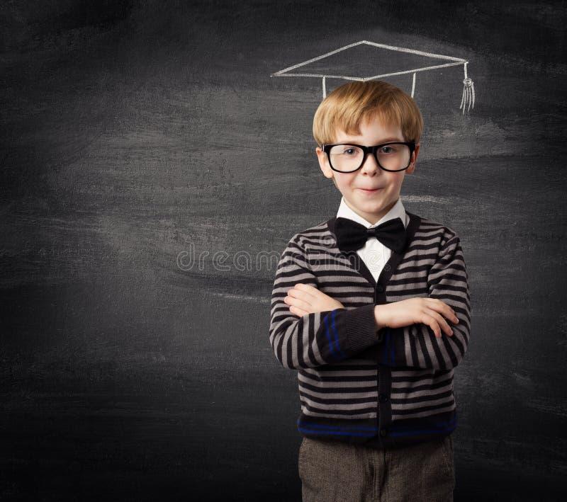 Vidros do menino da criança, educação do quadro-negro do chapéu do giz da criança da escola fotos de stock