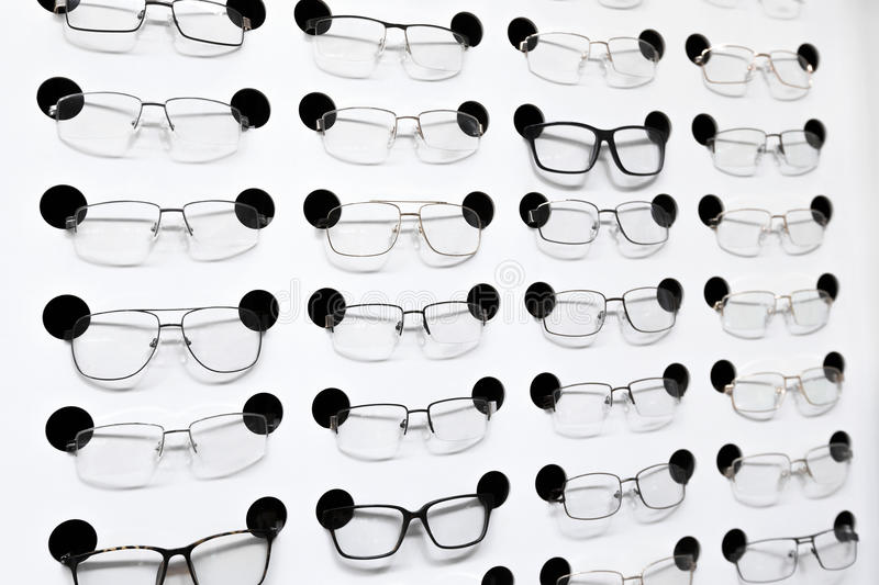 Vidros do olho na prateleira na loja fotos de stock
