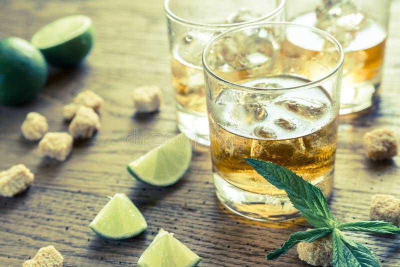 Vidros do rum fotografia de stock