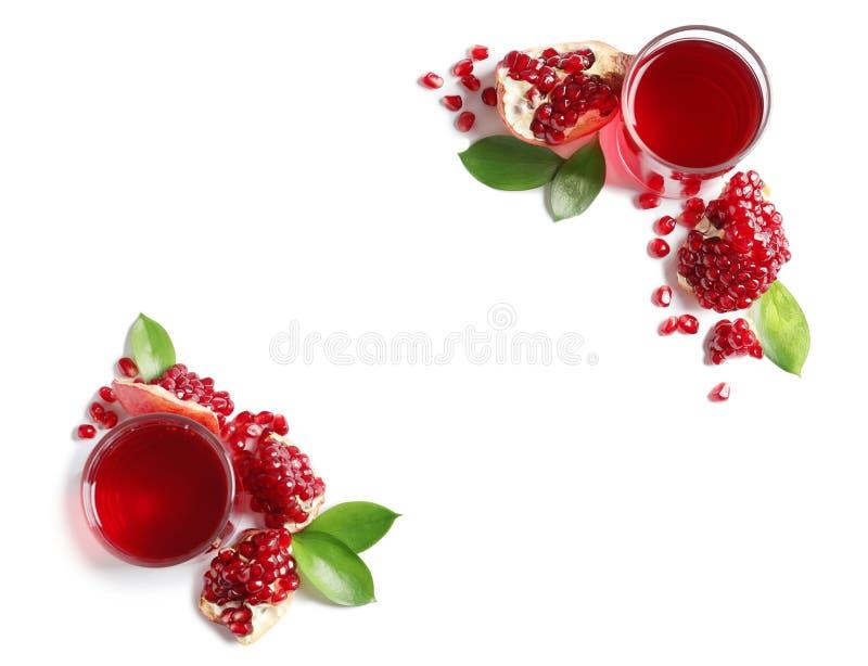 Vidros do suco da romã e de frutos frescos no fundo branco foto de stock royalty free