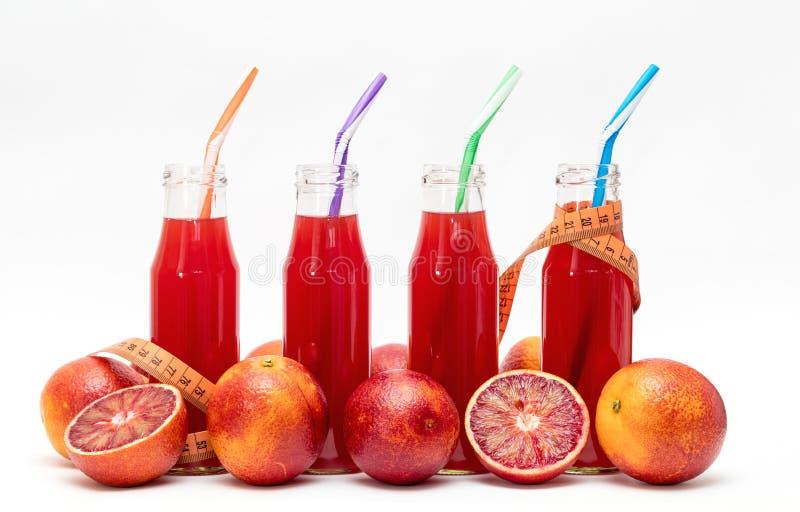 Vidros do suco de fruto pressionado fresco da laranja pigmentada imagem de stock royalty free