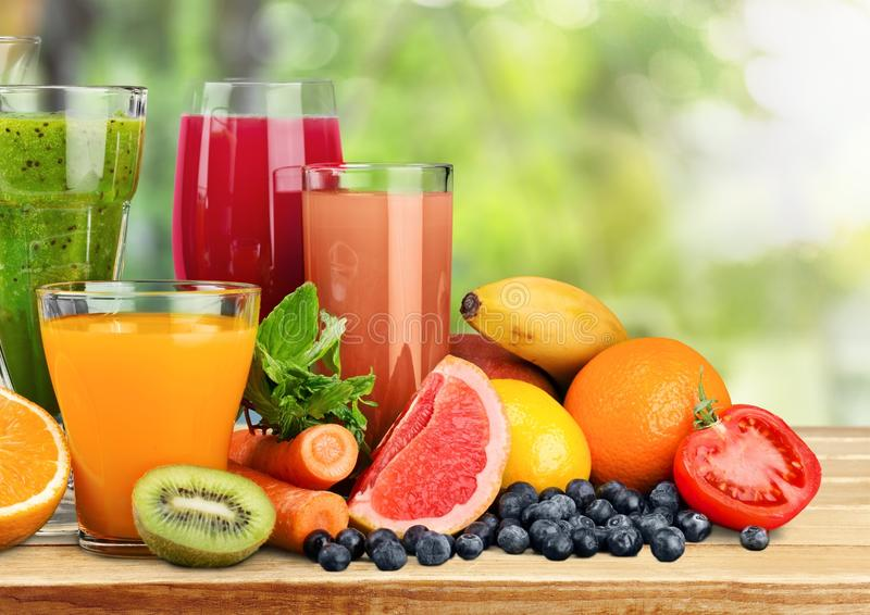 Vidros do suco e de frutos frescos na tabela foto de stock royalty free