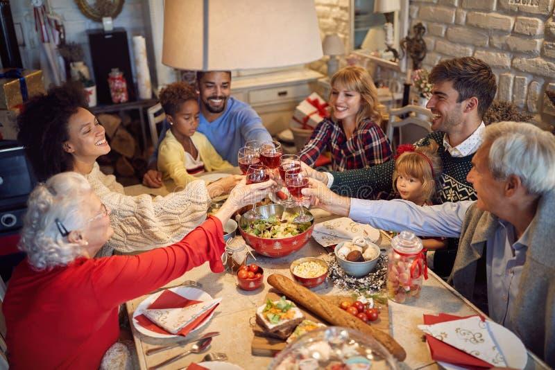 Vidros do tinido da grande família no jantar de Natal imagem de stock