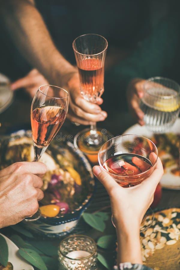 Vidros do tinido dos amigos com vinho no Natal ou no ano novo fotografia de stock