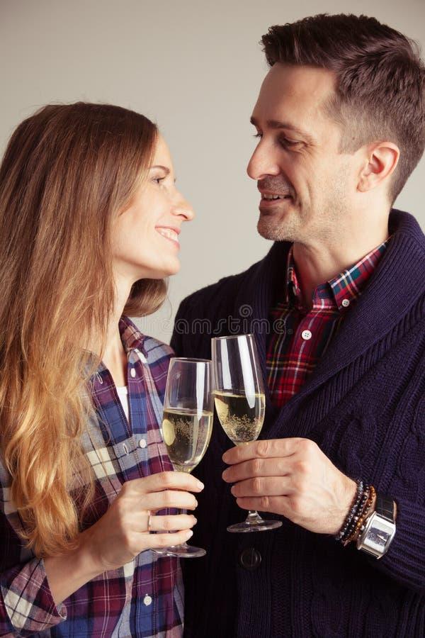 Vidros do tinido dos pares do champanhe fotografia de stock