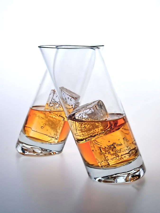 vidros do uísque em cubos de gelo. imagem de stock royalty free