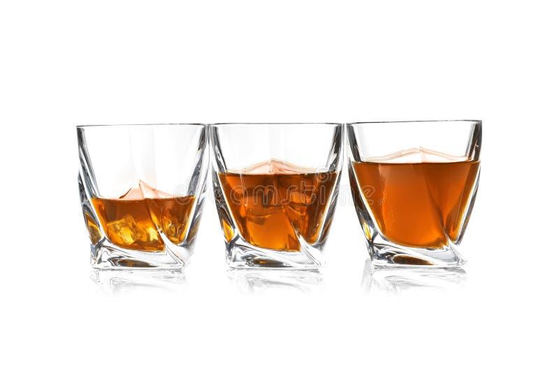Vidros do uísque escocês no fundo branco imagens de stock