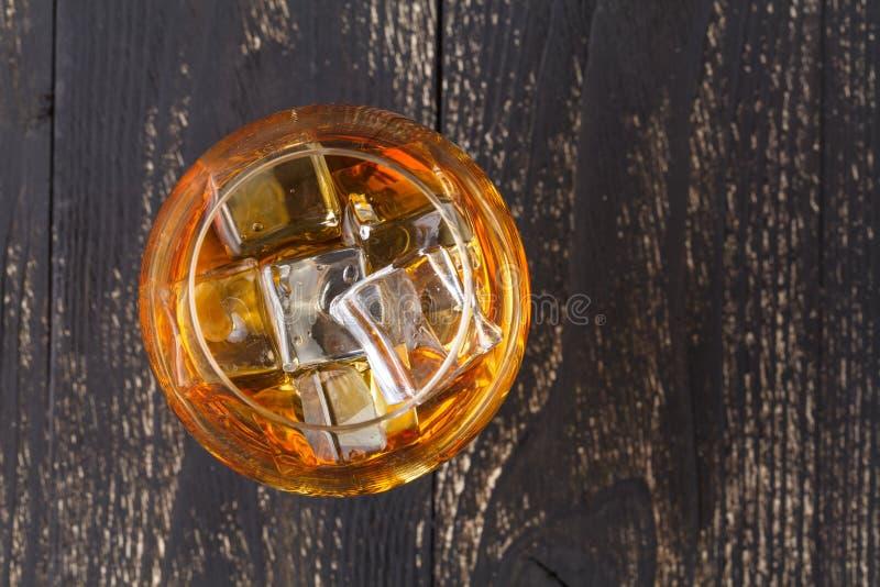 Vidros do uísque no fundo de madeira imagem de stock royalty free