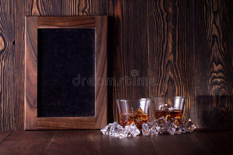 Vidros do uísque no fundo de madeira fotografia de stock royalty free
