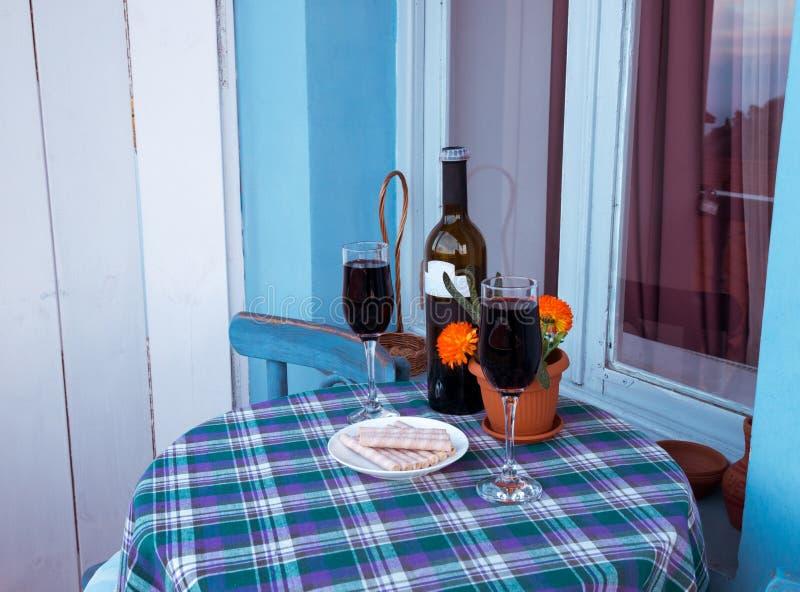 Vidros do vinho no balcão imagens de stock