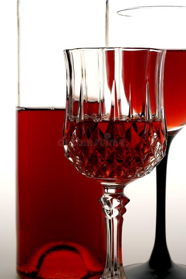 Vidros do vinho vermelho e do frasco fotos de stock royalty free