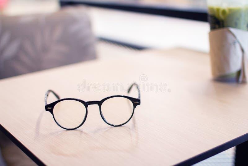 Vidros do vintage, na tabela de madeira, estudando o exame aprendizagem imagens de stock