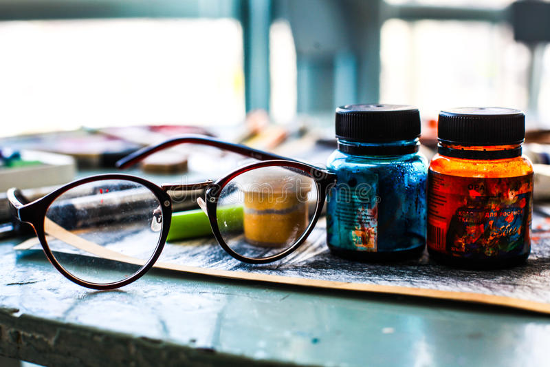 Vidros e artista da pintura imagens de stock