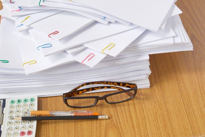 Vidros e documento e calculadora com pena e lápis imagem de stock royalty free