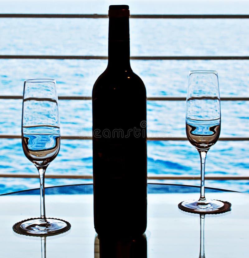 Vidros e frasco de vinho foto de stock