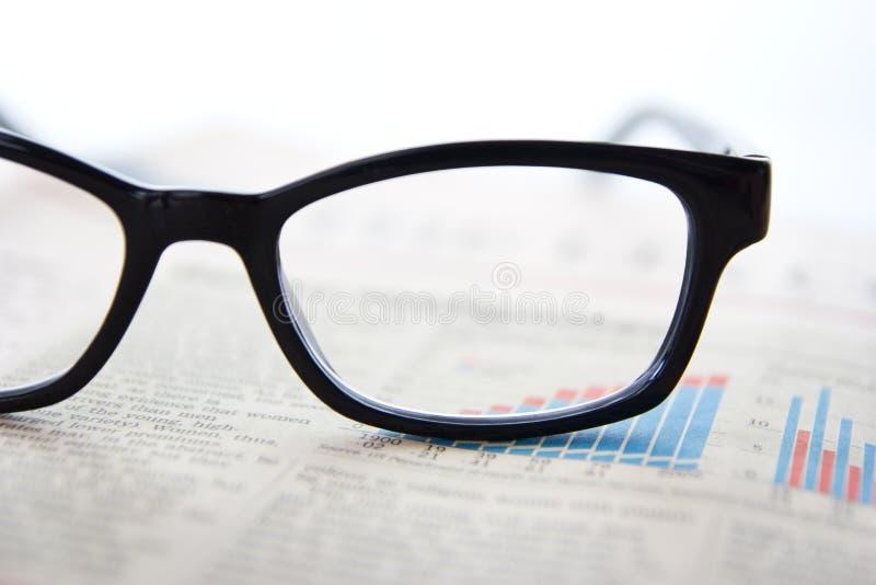Vidros e jornais imagem de stock